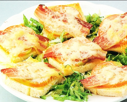 Tostas de tomate, queso y bacon