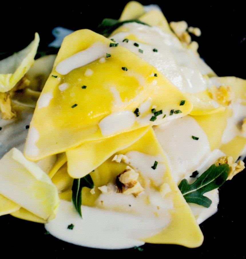 Triángulos de pasta rellenos de salmón con salsa de queso azul
