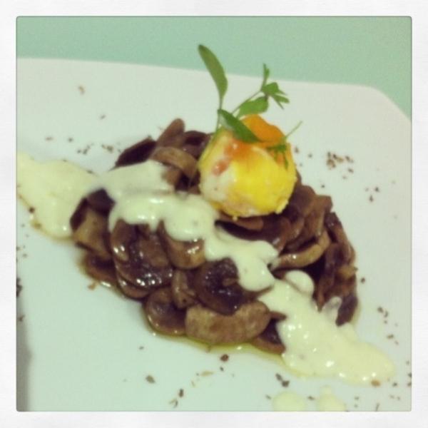 Volcán de champis y jamón con yema a la pimienta y salsa idiazabal