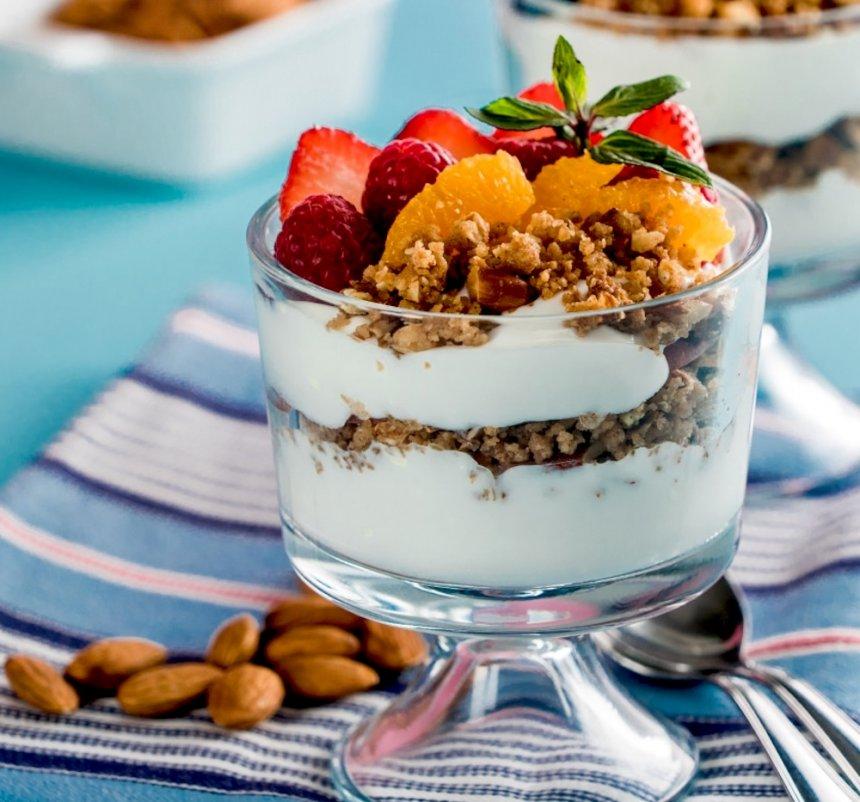 Yogur con crujiente de almendras y frutas