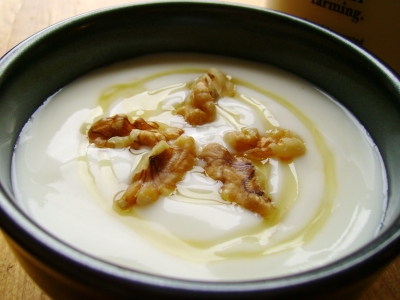 Yogur con miel y nueces.