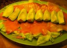 Aguacate con salmón ahumado y salsa holandesa