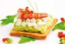 Receta de Aguacates, queso de cabra, langostinos y vinagreta de verduritas sobre torta de aceite