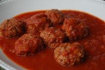 Albóndigas con salsa de tomate y alcaparras
