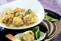 Albóndigas de pescadilla, espinacas y piñones en salsa verde