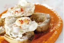 Alcachofas confitadas con salmorejo asado y huevo de codorniz frito