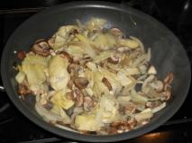 Alcachofas y setas con cebolla