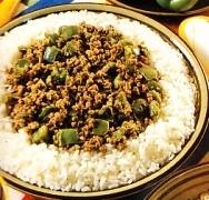 Arroz con carne y pimientos verdes