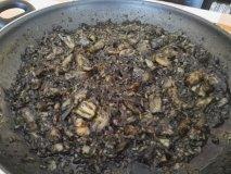 Arroz negro de alcachofas