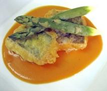 Bacalao en tempura con espárragos y crema de calabaza