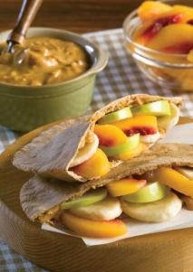 Bolsillos de pita con fruta y crema de cacahuete
