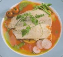 Bonito marinado con tomate en ensalada