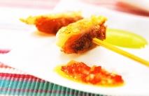 Brocheta de langostinos con dos salsas