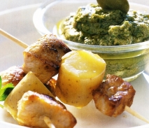 Brochetas de filete de buey con salsa de anchoas