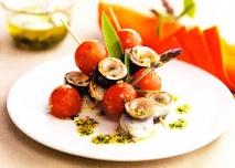 Brochetas de sardinas y tomates