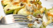 Calabacines rellenos de carne con bechamel, queso y piñones
