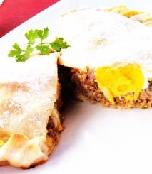 Calzone de carne con queso y huevo