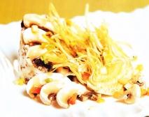 Champiñones con queso de cabra, butifarra del perol y alcachofas
