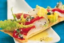 Coca de cogollos con láminas de bacalao ahumado, ajo frito y pimiento rojo