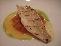 Cola de pescadilla con salsa de pimientos