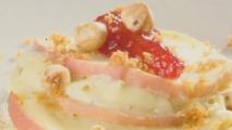 Corona de manzanas con avellanas y pan frito
