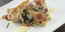 Costillas de cordero a la parrilla con ragut de verduras y crema de ajo