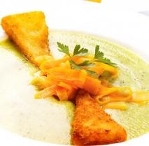 Crema de calabacín con zanahoria y queso frito