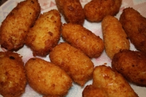 Croquetas de arroz con jamón serrano y guisantes