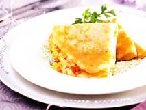 Crêpes de merluza con salsa de queso y espinacas