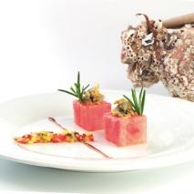 Cubiletes de sandía fashion rellenos de vinagreta  de mango y berberechos