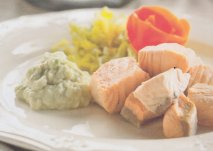 Dados de salmón al vapor con salsa de aguacate en Thermomix