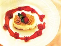 Dulce con merengue y frambuesas
