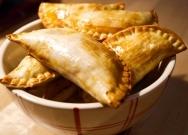 Empanadillas de queso y cebolla confitada