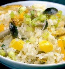 Ensalada de arroz con mucosas negras y amarillas