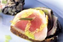Ensalada de arroz salvaje al wasabi, atún albacora con especias