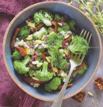 Ensalada de brócoli, con tomates secos, jamón y queso azúl