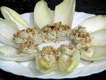 Ensalada de endibias con Roquefort, apio y nueces