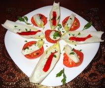 Ensalada de endibias con salsa roquefort, tomate y pimiento