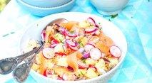 Ensalada de germinados, salmón y rabanitos