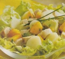 Ensalada de patatas, cerdo y frutas