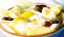 Ensalada de patatas, huevos de codorniz y arenque ahumado