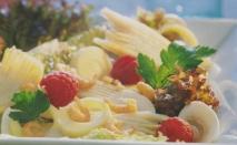 Ensalada de raya con salsa de frambuesas