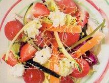 Ensalada de tomate, fresones y requesón