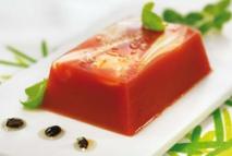 Ensalada de tomate invertida y vinagreta de aceitunas negras