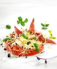 Ensalada de tomate y sandía con germinados