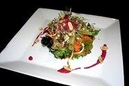 Ensalada de verduras con salsa de cacahuetes y coco