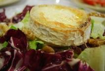 Ensalada tricolor de queso de cabra caramelizado