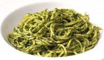 Espaguetis al pesto y aroma de laurel