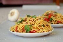 Espaguetis con ajo, pimientos y guindilla