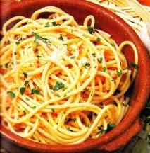 Espaguetis con ajo y pimienta picante
